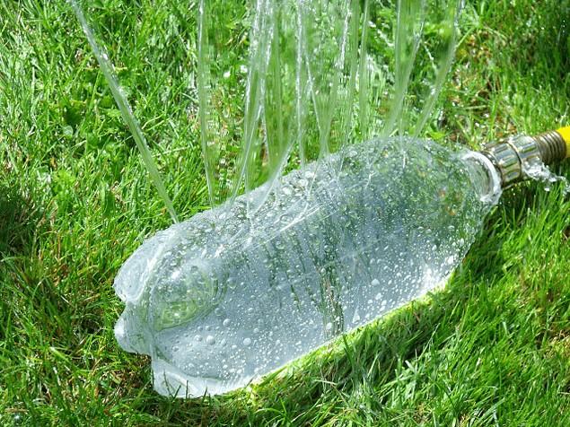 7 أفكار بسيطة لاعادة تدوير الزجاجات الفارغة-ري النبات