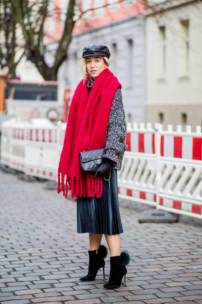 تنسيق اللون الأحمر والرمادي في الملابس-شال أحمر