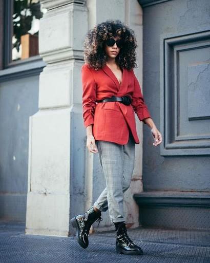 تنسيق اللون الأحمر والرمادي في الملابس-جاكت
