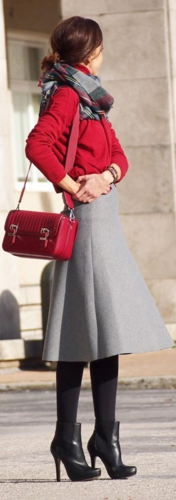 تنسيق اللون الأحمر والرمادي في الملابس-جونلة
