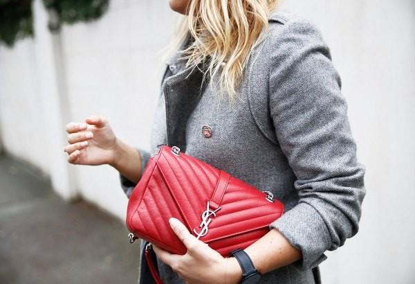 تنسيق اللون الأحمر والرمادي في الملابس-حقيبة كلاسيك