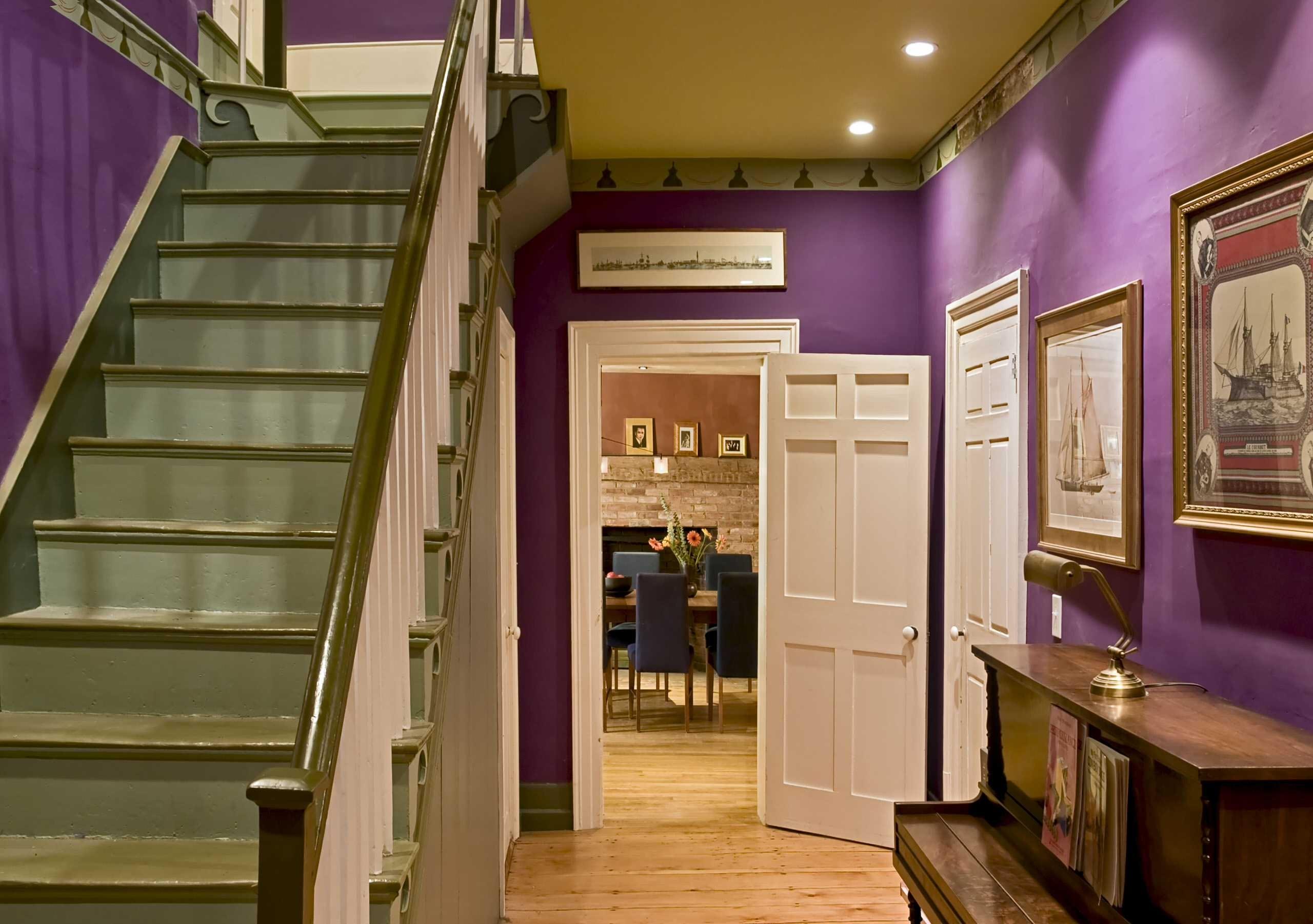 ديكور مدخل البيت - مدخل منزل بالأبيض والبنفسجي