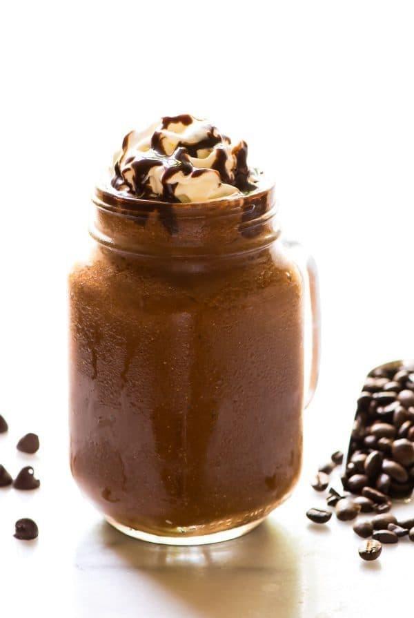 أنواع القهوة في الكافيهات - طريقة عمل موكا فرابتشينو المثلج