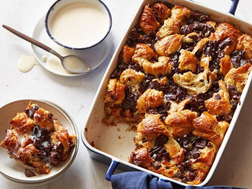 حلويات بالخبز اليابس - طريقة عمل صينية الخبز اليابس برقائق الشوكولاتة