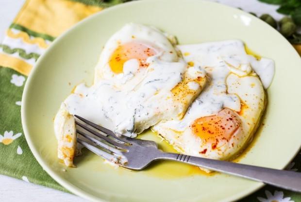استخدامات جبنة حلوم - طريقة عمل البيض بالجبن الحلوم