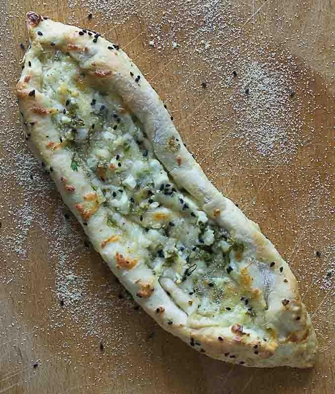 استخدامات جبنة حلوم - طريقة عمل فطائر البيدا التركية بجبن الحلوم