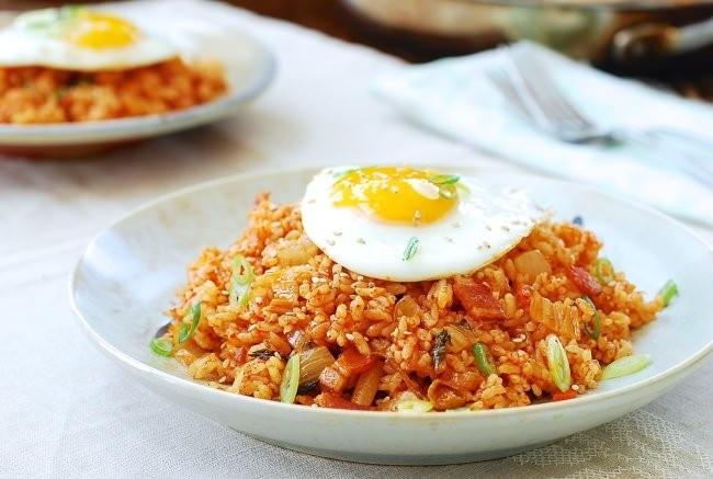 أكلات كورية سهلة التحضير - طريقة عمل الأرز المقلي الكوري