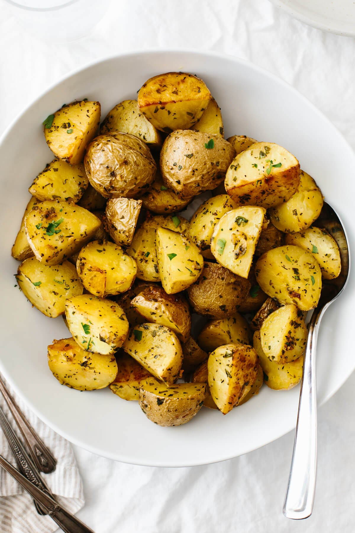 وصفات بطاطس مشوية - طريقة عمل البطاطس المشوية بالثوم والأعشاب