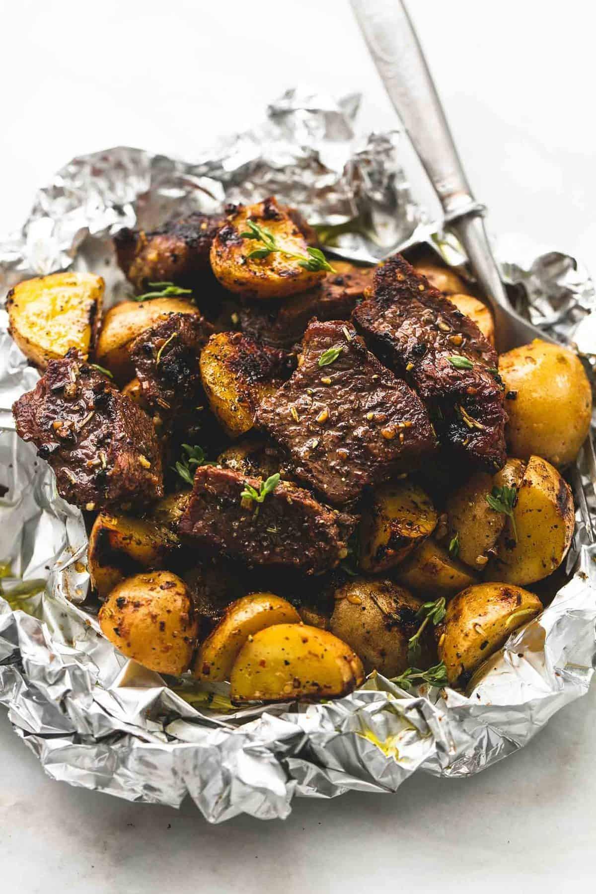 وصفات بطاطس مشوية - طريقة عمل مكعبات اللحم والبطاطس المشوية