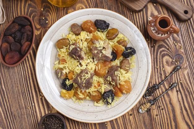 أطباق رئيسية باستخدام الفواكه المجففة - طريقة عمل الأرز باللحم والفواكه المجففة