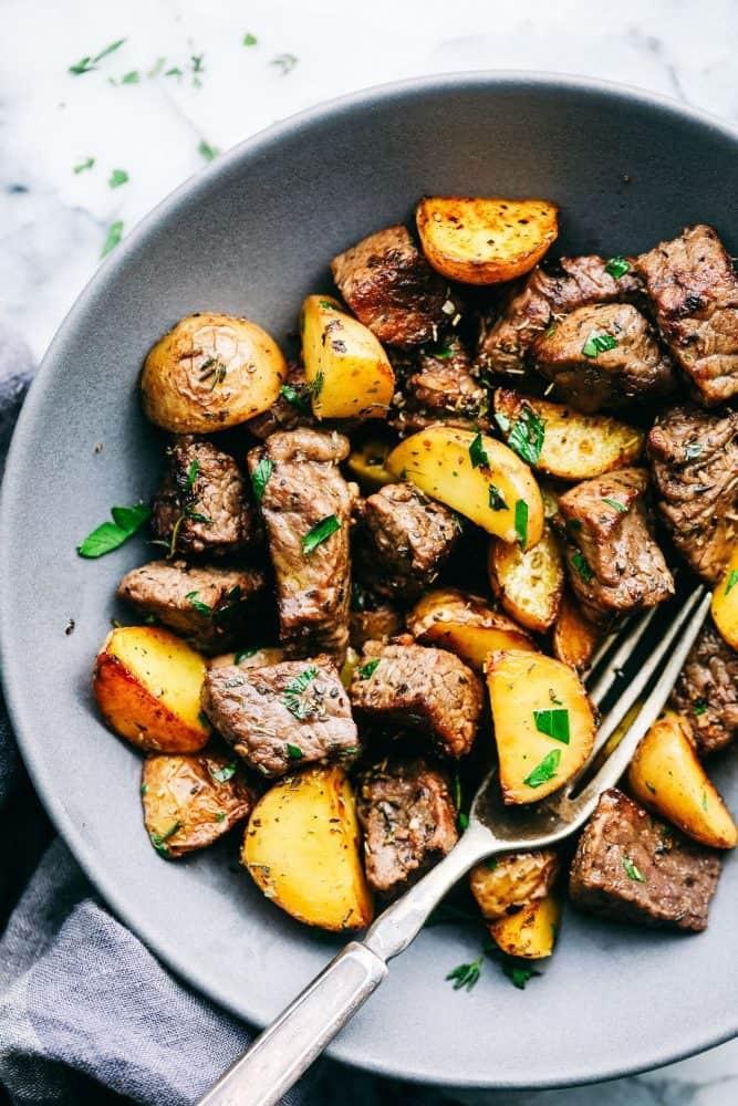 أطباق رئيسية للتحضير في نصف ساعة - طريقة عمل شرائح اللحم بالبطاطس وصوص الزبد