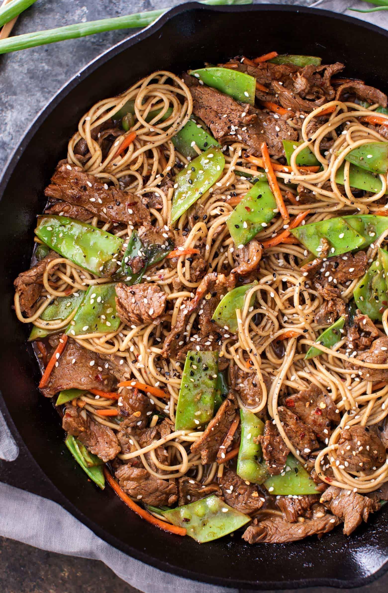 أطباق رئيسية للتحضير في نصف ساعة - طريقة عمل النودلز مع اللحم المقلي والبازلاء