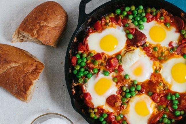 وصفات بيض للفطور - طريقة عمل البيض بالبازلاء