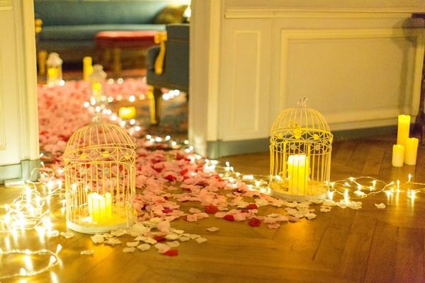 أفكار لتزيين غرفة النوم لعيد ميلاد الزوج - ممر من الورود