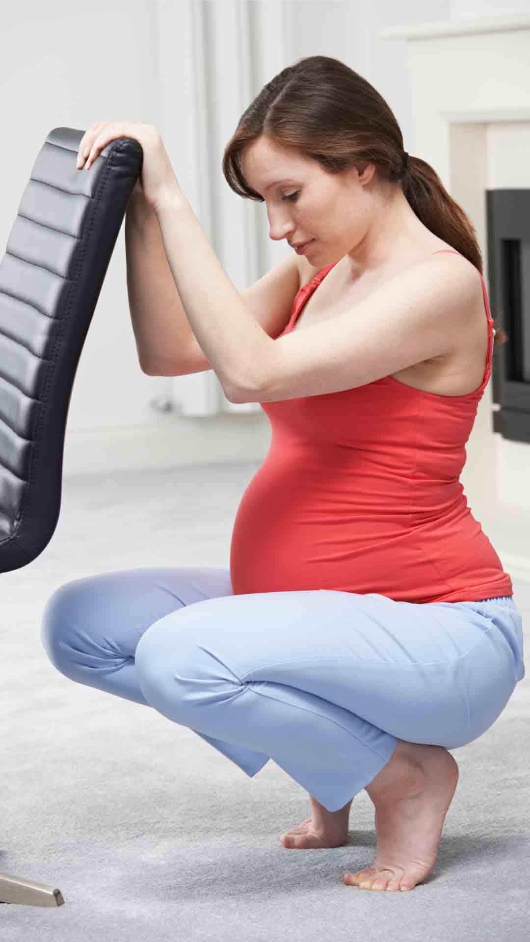 تمارين القرفصاء للحامل - تمرين القرفصاء مع الكرسي