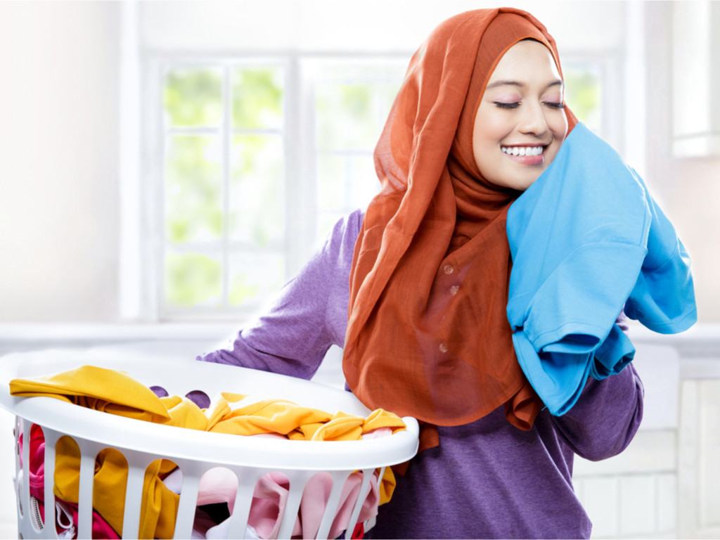 طرق تعطير الجسم - استخدام معطر للملابس برائحة منعشة
