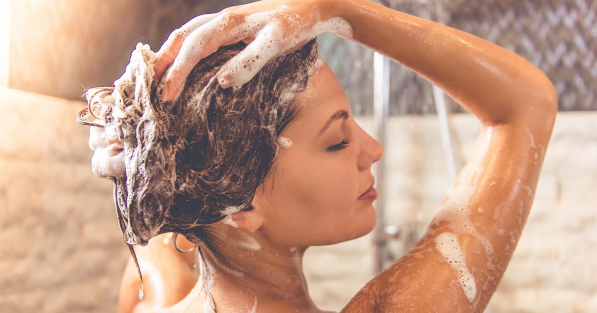 طرق تعطير الجسم - استخدام شامبو برائحة مميزة