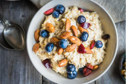 وصفات فطور بدون بيض - طريقة عمل الشوفان بالموز والمكسرات