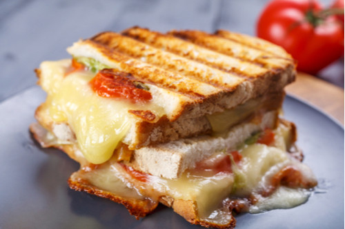 وصفات فطور بدون بيض - طريقة عمل توست الجبنة والطماطم المشوية