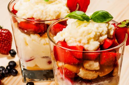 عمل حلويات بالفراولة - طريقة عمل ترايفل الفراولة والتوت