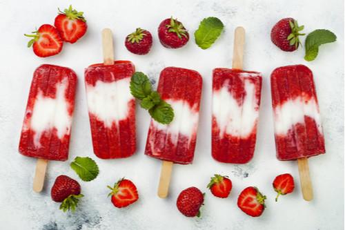 عمل حلويات بالفراولة - طريقة عمل آيس كريم الفراولة وحليب جوز الهند