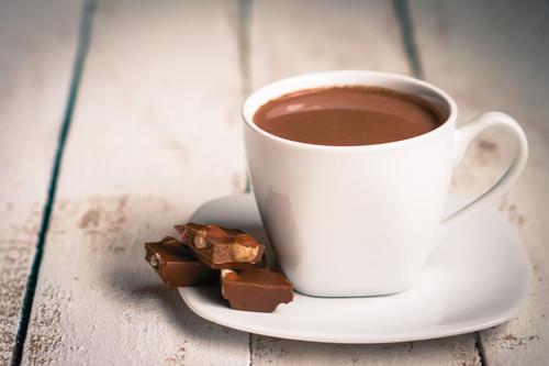 الشوكولاتة الساخنة - طريقة عمل الشوكولاتة الساخنة بزبدة الفول السواني