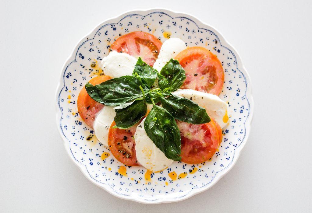 أطعمة لا تؤكل مع بعضها - الجبن والطماطم