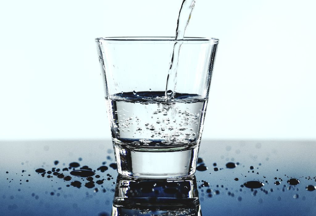 أطعمة لا تؤكل مع بعضها - شرب الماء مع الطعام