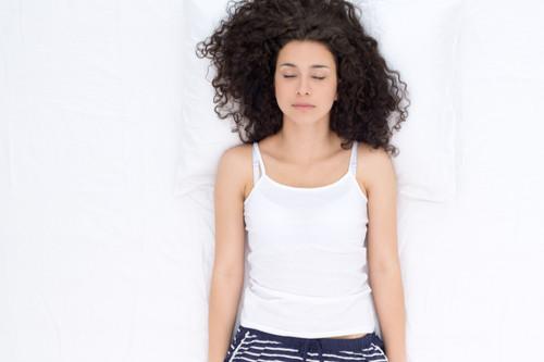 طريقة النوم الصحيحة - النوم على الظهر وفرد الذراعين لأسفل
