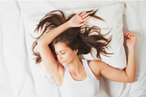 طريقة النوم الصحيحة - النوم على الظهر والذراعين مرفوعين إلى أعلى