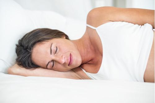 الطريقة الصحيحة للنوم - النوم على الجانب مع فرد ذراع أو ذراعين