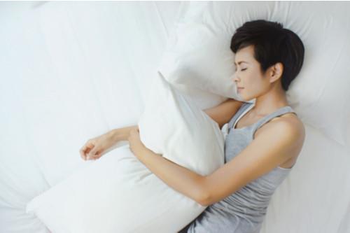 الطريقة الصحيحة للنوم - النوم علي الجانب مع ترك الذراعين للخارج