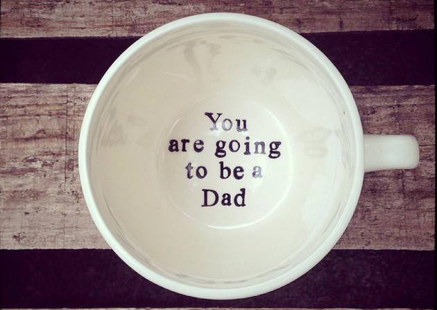 أفكار لتخبري زوجك أنك حامل - كوب الأب