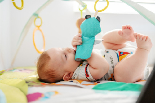 متى يبدأ الرضيع باللعب - الأطفال في عمر ستة أشهر