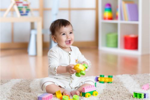 متى يبدأ الرضيع باللعب - الأطفال في عمر تسعة أشهر