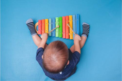 متى يبدأ الرضيع باللعب - أطفال في عمر 12 شهر