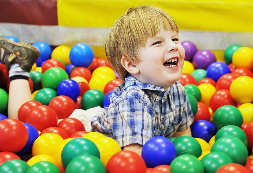 تنمية مهارات الطفل عمر سنتين - لعبة الكرات لتنمية المهارات