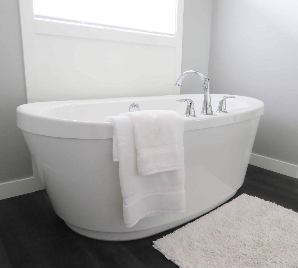 أحواض استحمام مزودة بنفاثات الهواء والماء