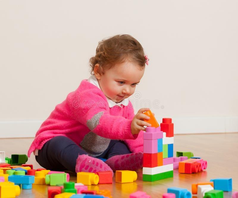 ألعاب تناسب الطفل من عمر عام إلى عامين