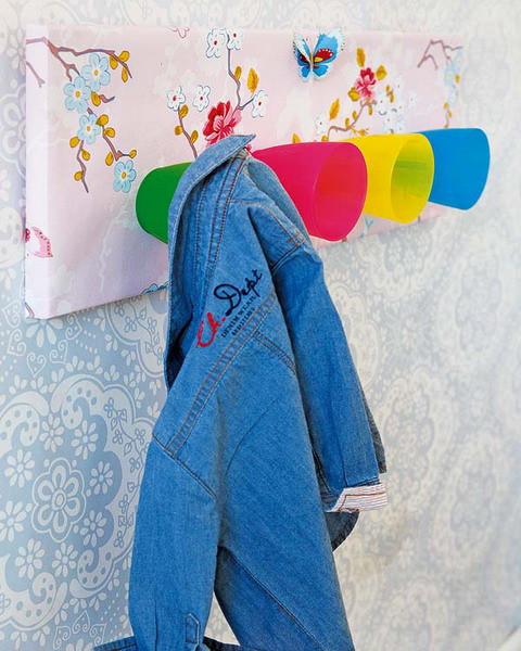 تزيين غرف الأطفال بالأعمال اليدوية - شماعة الملابس من الأكواب القديمة