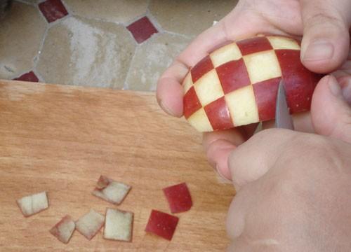 طريقة تقطيع التفاح لتزيين التورتة- شكل الكرة