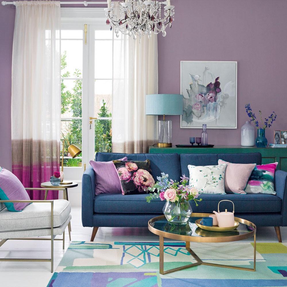 غرفة المعيشة باللون الموف- درجة الموف مع الأزرق