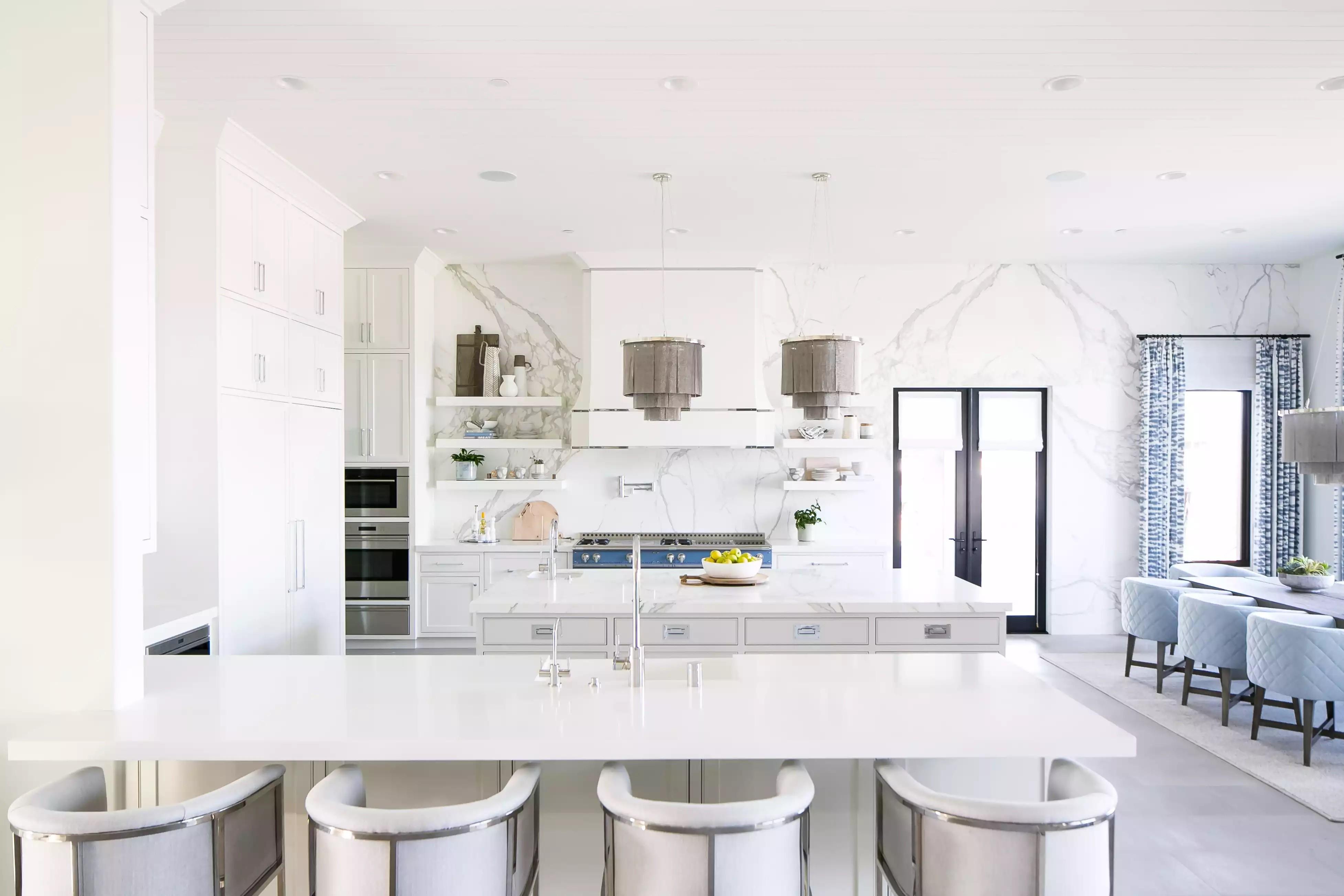 مطابخ أمريكية مفتوحة على الصالة- مطبخ مفتوح كبير