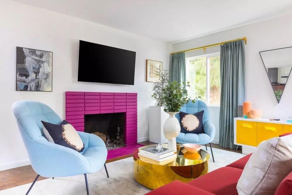أشكال غرف معيشة مودرن- الأريكة أمام النقطة المركزي في الغرفة