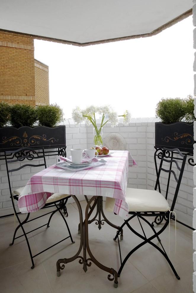 أفكار لديكور بلكونة صغيرة- مقعدين وطاولة