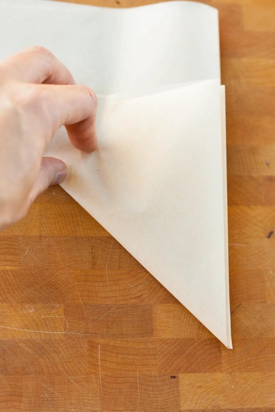 كيفية استخدام ورق الزبدة للكيك- اطوي ورق الزبدة