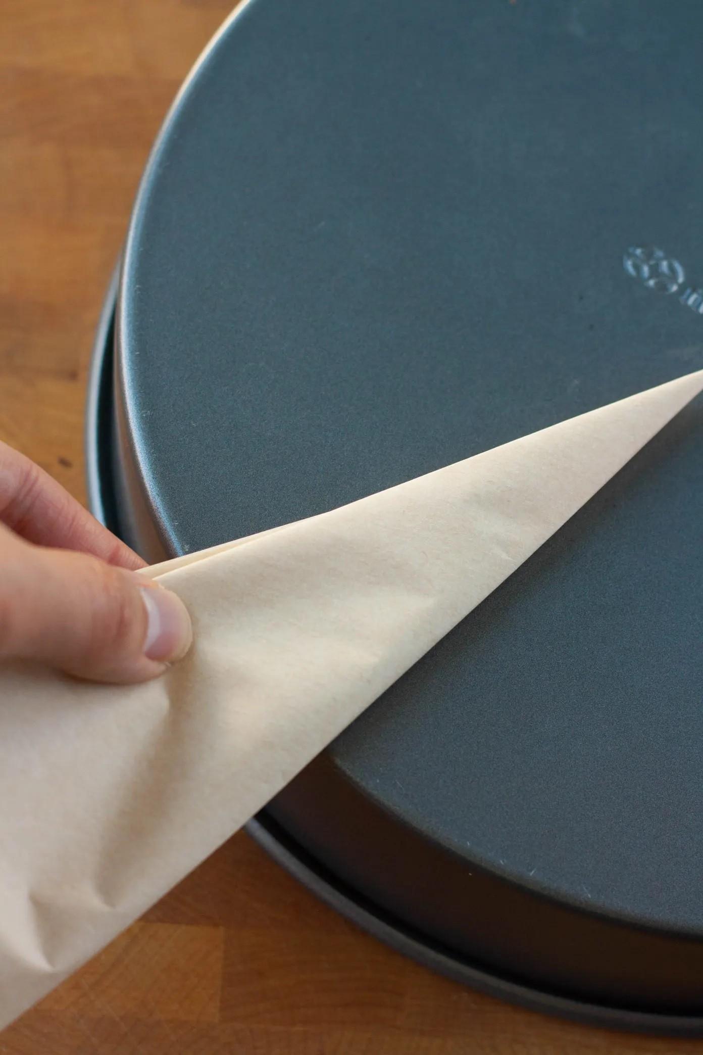 كيفية استخدام ورق الزبدة للكيك- ضعي الورق على الصينية