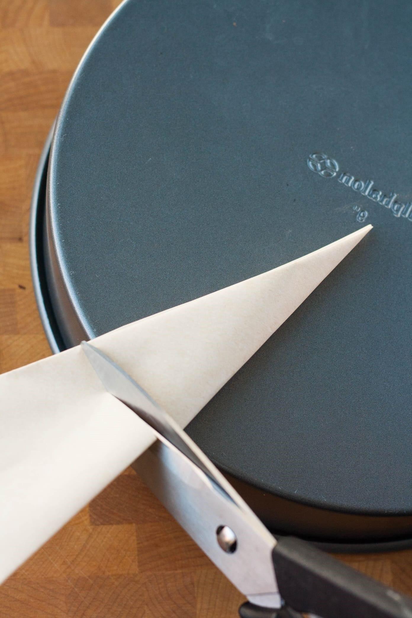 كيفية استخدام ورق الزبدة للكيك- قصي ورق الزبدة