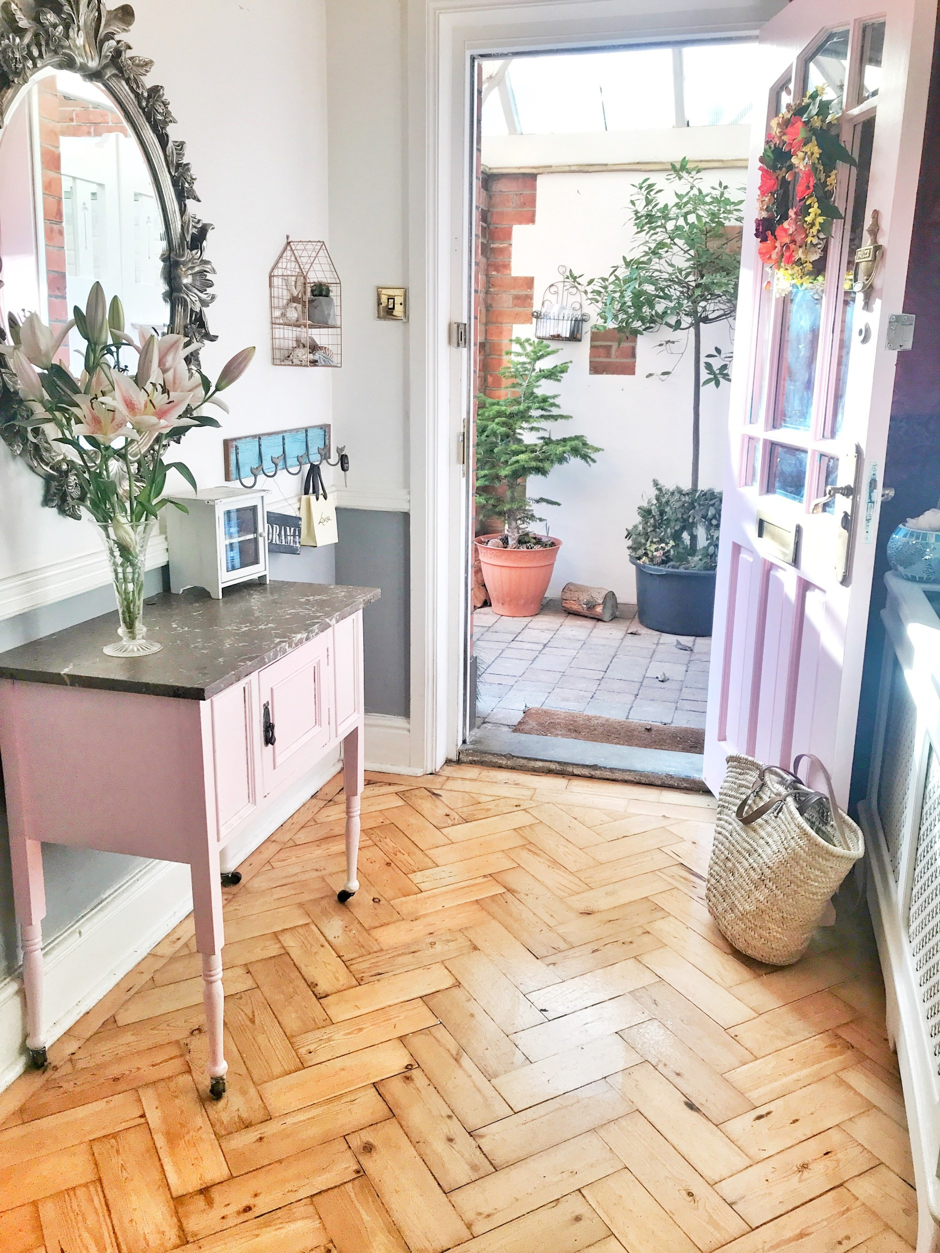 بالصور ديكور مدخل المنزل باللون الوردي- كونسول باللون الوردي