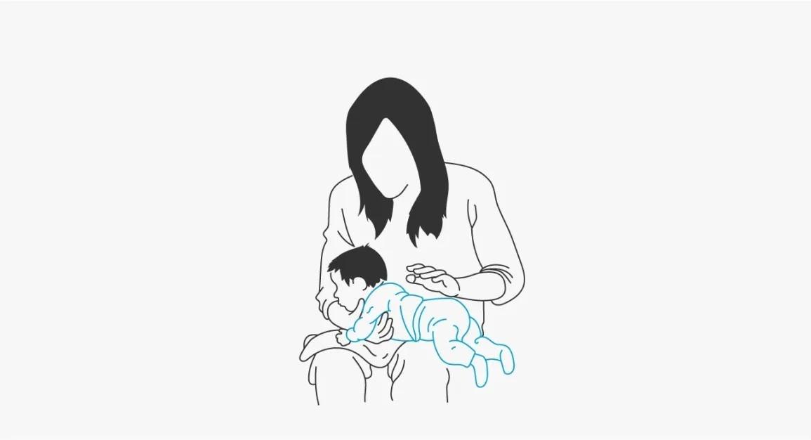 سبب عدم تجشؤ الرضيع- وضع الاستلقاء على الساق
